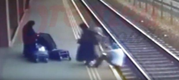 Vaslui. Două femei îmbrăcate în măicuţe au împins un bărbat pe calea ferată! Video