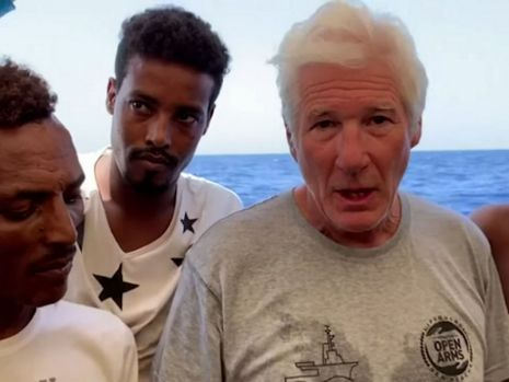 Richard Gere a urcat pe un vapor cu refugiaţi blocat de opt zile, pe Mediterana! Video