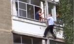 Un tată a amenințat că-și aruncă bebelușul de la balcon. Reacția poliție…