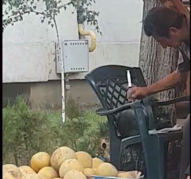 Brăila. Vânzător surprins în timp ce injecta pepenii cu seringa! Video