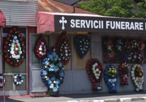 În ce oraș din România s-a interzis expunerea coșciugelor, coroanelor și crucilor în afara magazinelor de pompe funebre