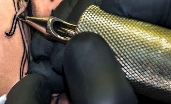 Iaşi. O tânără a ajuns la Urgenţe după ce şi-a făcut un tatuaj într-o zonă neobişnuită