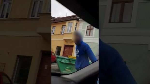 Scandal uriaș în traficul din Sibiu! Șofer amenințat cu târnăcopul! Video