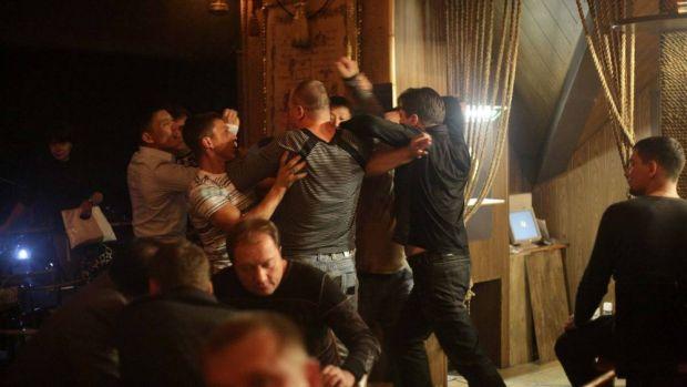 Scandal monstru într-un club de fițe din Capitală! Un fost internațional a lovit o tânără cu o sticlă în cap