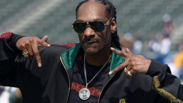 Snoop Dogg are un angajat care se ocupă doar cu rularea țigărilor cu marijuana! Suma uriașă cu care îl plătește