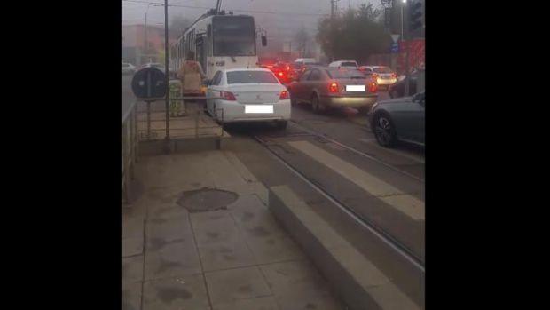 București. O femeie din București a depășit coloana pe contrasens s-a întâlnit cu un tramvai și i-a cerut vatmanului să-i facă loc să treacă! Video