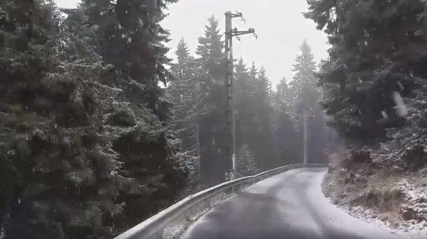 Ninsoare ca-n povești în România! Imagini din locul în care iarna s-a instalat deja. Video