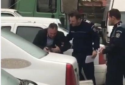Fost ofițer DGA cercetat pentru șantaj, plangând în hohote în curtea IPJ Arad! Video