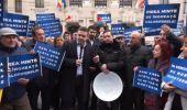 Liberalii protestează cu ligheane, în fața Primăriei Capitalei: Gabriela Firea minte de îngheață caloriferele!