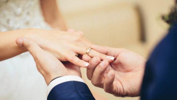 Un bărbat care a întârziat câteva ore la propria nuntă și-a găsit mireasa măritată cu altul!