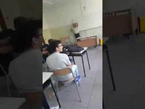 Un elev aruncă în capul profesorului coşul de gunoi! Imagini șocante dintr-o sală de clasă! Video