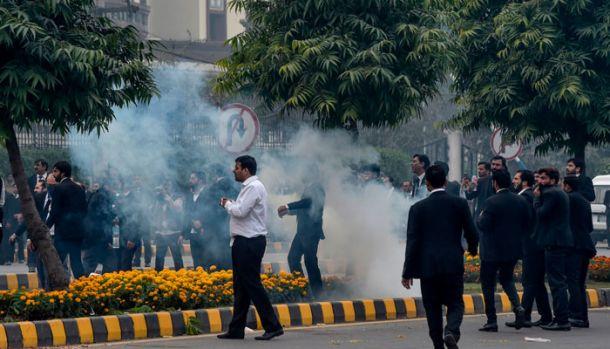 Pakistan. Sute de avocați au atacat doctorii unui spital de cardiologie din Lahore! Video