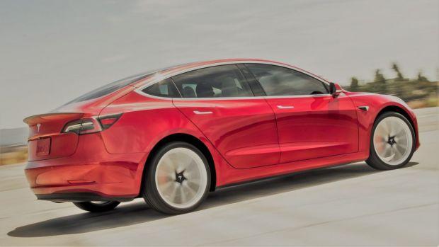 """Mașinile Tesla vor """"înjura"""" pietonii în locul tău"""