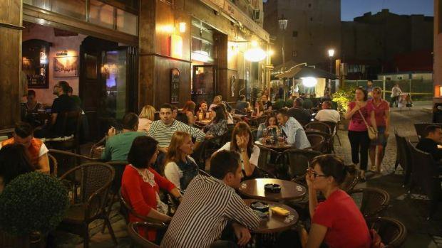 București. Un nou tip de înşelăciune face ravagii în Centrul Vechi! Mai mulți turiști străini au fost jefuiți
