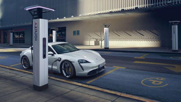 Cât te costă să încarci o mașină electrică în România. De ce nu mai poți face asta gratuit