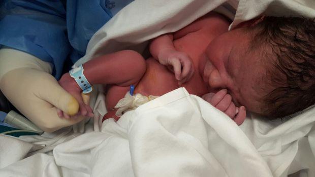 Un bebeluș este faimos pentru modul în care s-a încruntat la fotograf imediat după naștere! Foto în articol