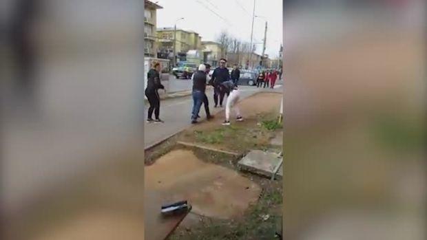 Târgoviște. Elevă bătută pe stradă de fostul iubit! Video cu un puternic impact emoțional