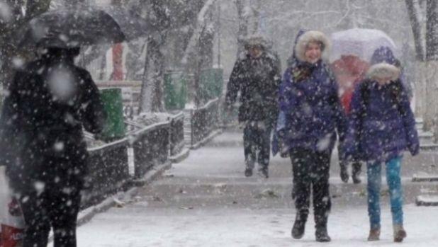 Revine iarna în România. Val de aer rece, ploi, lapoviţă şi ninsoare din weekend, inclusiv la Bucureşti